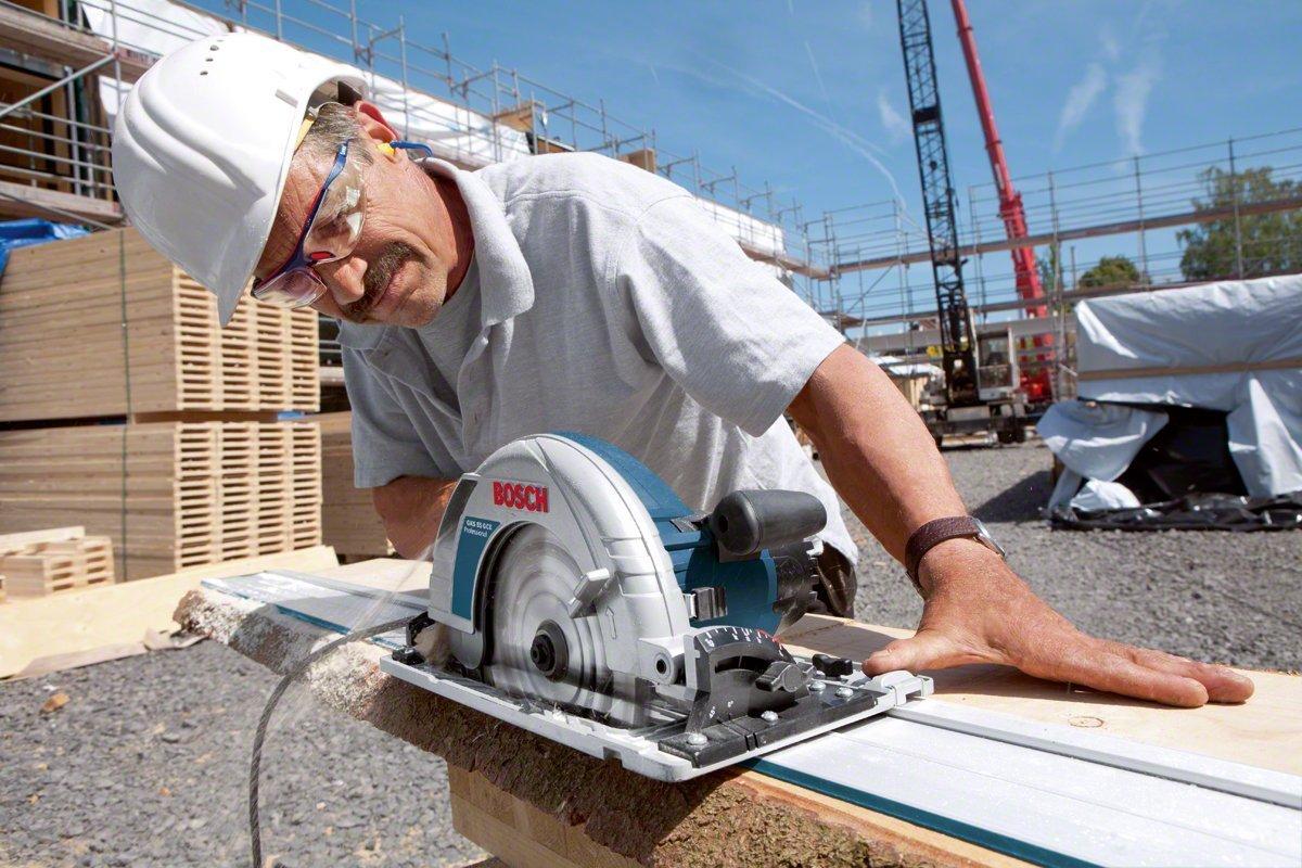 Handkreissaege mit Fuehrungschiene auf einer Baustelle